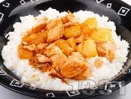 Пържени пилешки хапки с ананас и канела върху ориз